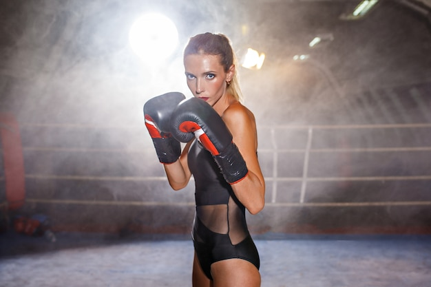 Boxing blonde sportlerin am ring