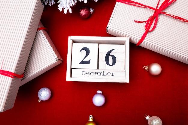 Boxing day sale. kalender mit datum. weihnachtskonzept. 26. dezember. weihnachtskugel und geschenke. ansicht von oben. kopieren sie platz.
