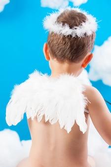 Boy cupid auf einer wolke