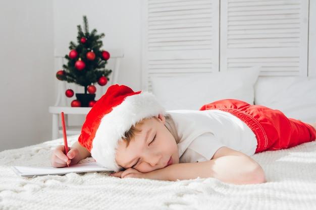 Boy schlief ein und schrieb briefe an den weihnachtsmann