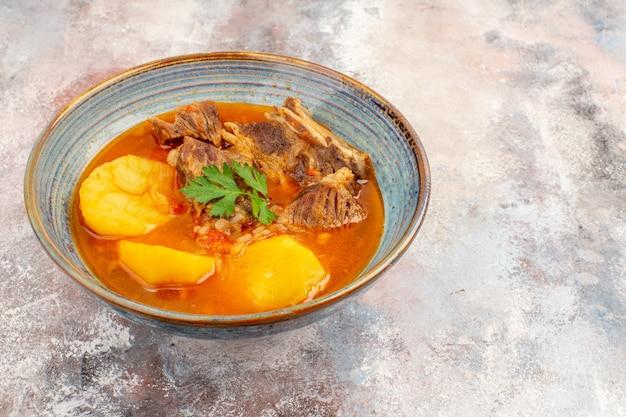 Bozbash-suppe von unten auf nacktem hintergrund der aserbaidschanischen küche essen foto