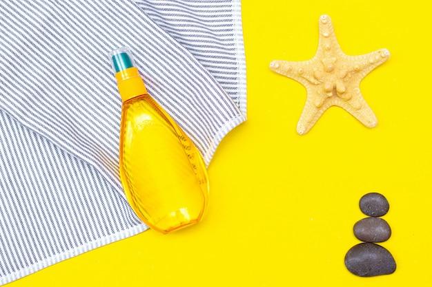Bräunungsöl auf einem gelben tisch. glatte bräune. perfekter körper. die schönheit . sonnenschutz.