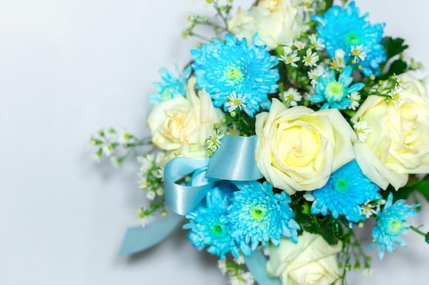Bräute, die blumenstrauß von schönen blauen und weißen frischen rosafarbenen blumen heiraten, schließen oben auf weißem b
