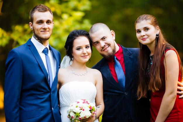 Bräute und ihre freunde gehen im garten spazieren