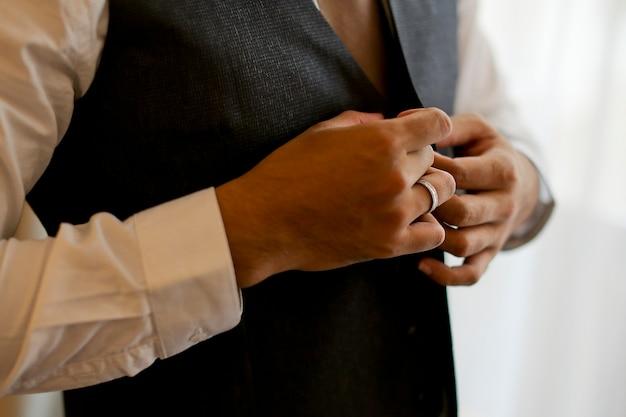 Bräutigam bereiten sich für hochzeits-moment vor