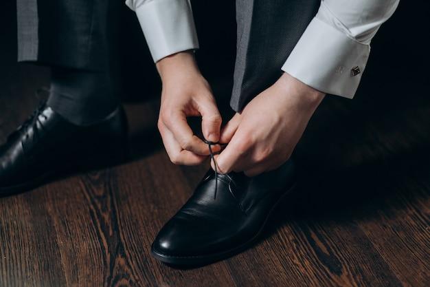 Bräutigam bindet schnürsenkel an seinen schuhen