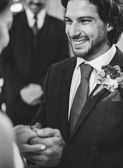 Bräutigam, der auf dem ehering auf seiner braut sich setzt