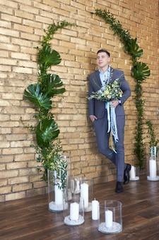 Bräutigam, der für die hochzeit sich vorbereitet. zukünftiger ehemann