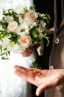 Bräutigam, der ringe eines goldes hält