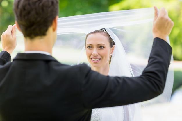 Bräutigam, der seine braut enthüllt