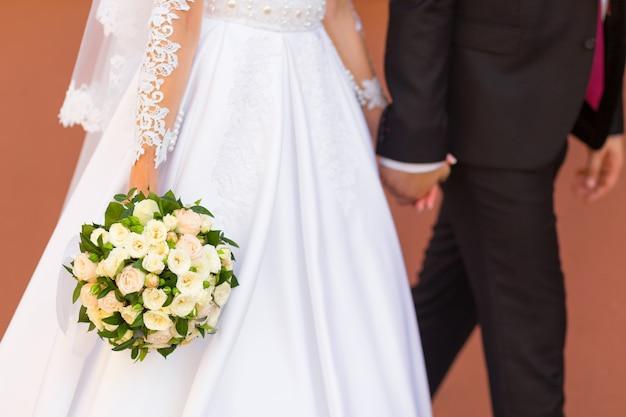 Bräutigam hält die hand der braut