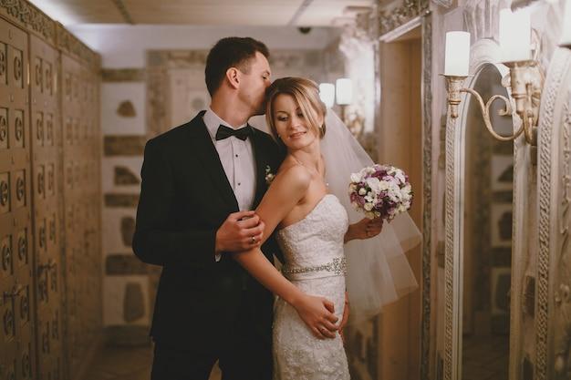 Bräutigam ihre frau den kopf küssen