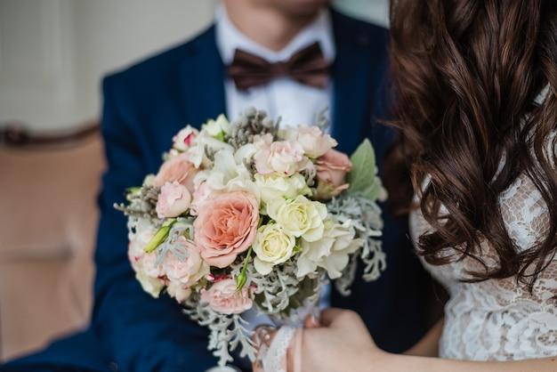 Bräutigam mit braut hochzeitstag brautstrauß