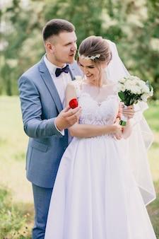 Bräutigam mit einer box mit ringen