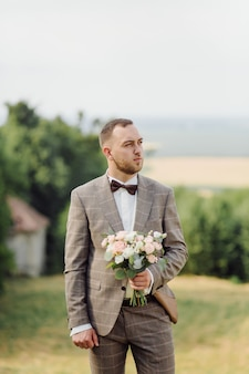 Bräutigam mit hochzeitsstrauß