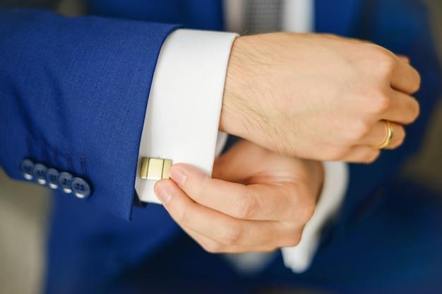 Bräutigam oder geschäftsmann befestigen manschettenknopf