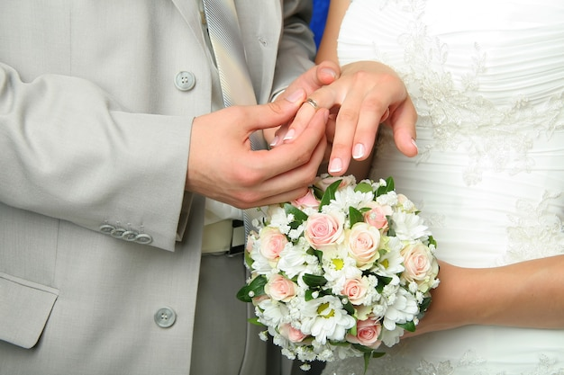 Bräutigam setzt ehering auf den finger der braut