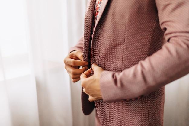Bräutigam treffen, details, jacke, schuhe, uhren und knöpfe am hochzeitstag