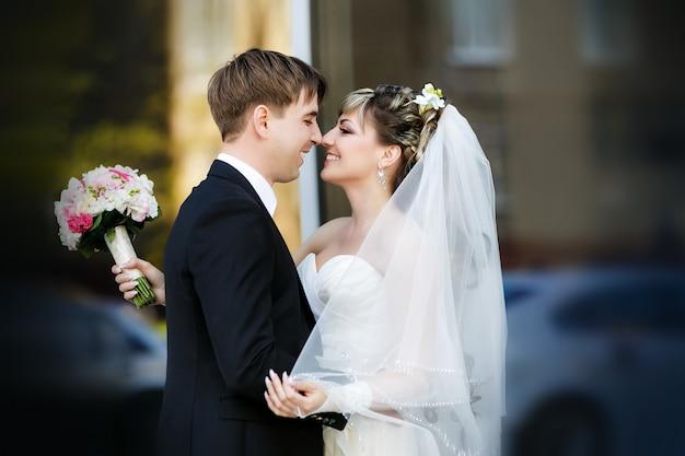 Bräutigam und braut in ihrem hochzeitstag