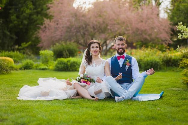 Bräutigam und braut in yoga lotus pose