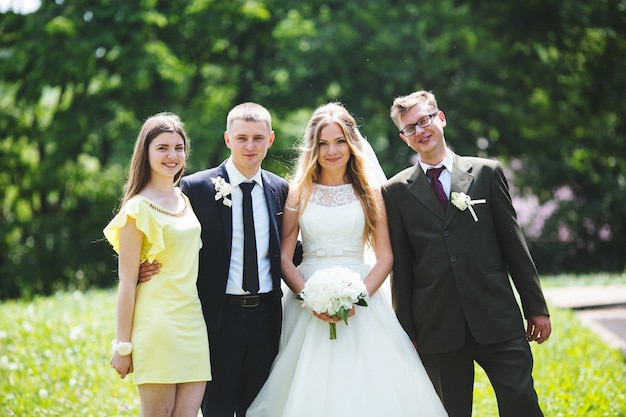 Bräutigam und braut mit freunden