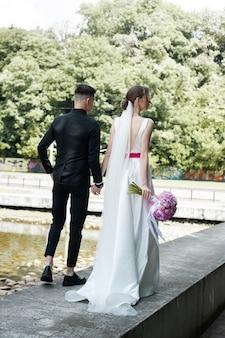 Bräutigam und braut posieren im freien