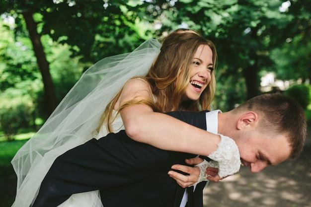 Bräutigam und braut spaß haben