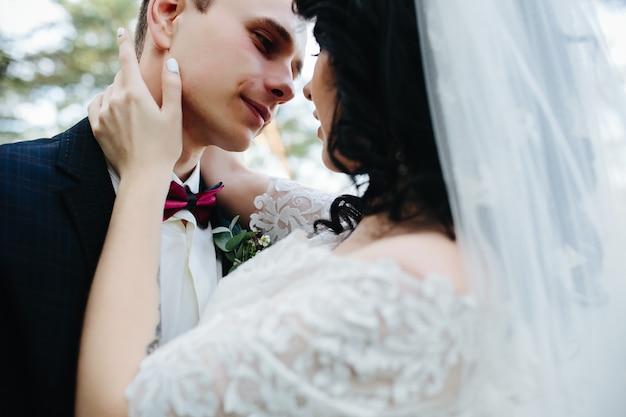 Bräutigam und braut umarmen draußen stehen