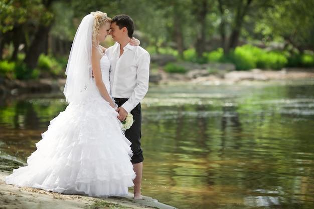 Bräutigam und die braut an einem strand in ihrem hochzeitstag