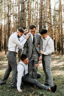 Bräutigam und seine lustigen freunde haben spaß am hochzeitstag