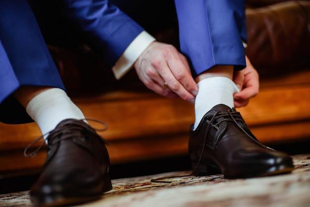 Bräutigam wird morgens an einem hochzeitstag fertig