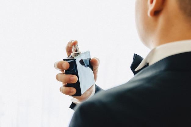 Bräutigamsitzung, details, jacke, schuhe, uhren und knöpfe am hochzeitstag