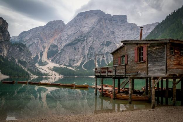 Braies see in den dolomitenbergen in italien