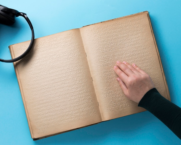 Braillebuch auf blauem hintergrund flach lag