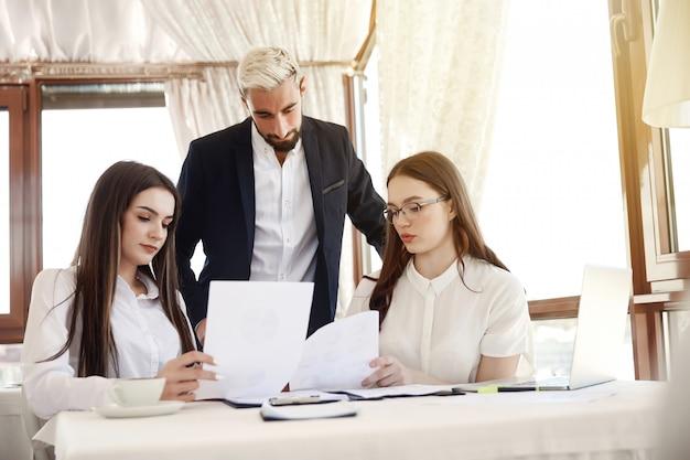 Brainstorm-gruppe diskutiert business-pläne in den restaurants