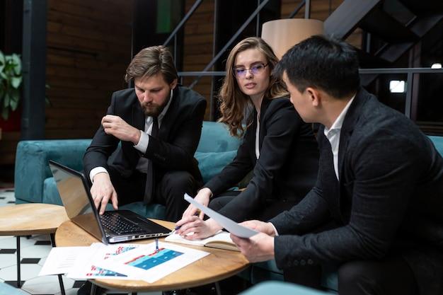 Brainstorming der geschäftsleutegruppe bei der bürobesprechung