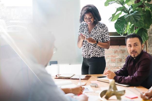 Brainstorming des startup-business-teams im besprechungsraum
