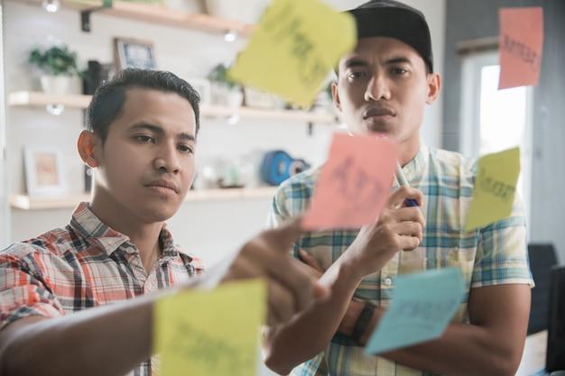 Brainstorming für kreative mitarbeiter mit partner