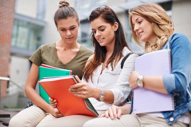 Brainstorming im hof der universität