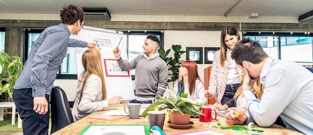 Brainstorming in einem startup-büro