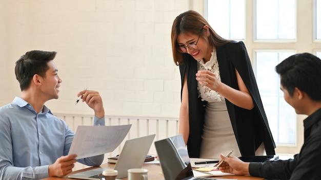 Brainstorming-lösungsdiskussion von jungen geschäftsleuten an büroarbeitsplatz.
