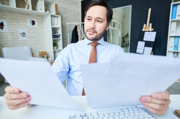 Brainstorming-mann mit papieren im amt