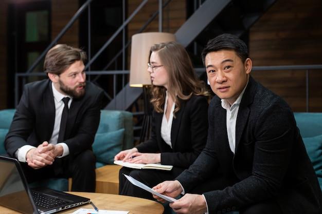 Brainstorming multinationaler geschäftsleute im büro