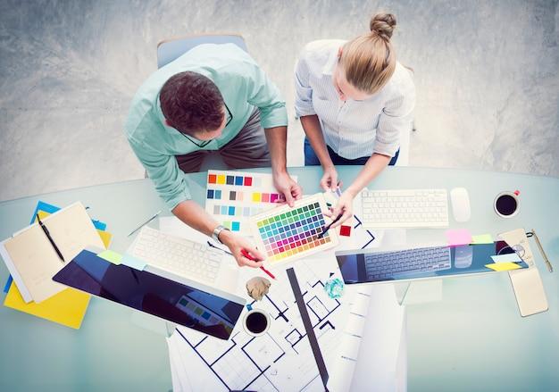 Brainstorming-planungs-partnerschafts-strategie-workstation-geschäfts-verwaltungskonzept