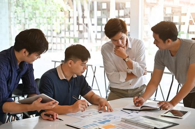 Brainstorming starten sie ein junges geschäftstreffen am schreibtisch