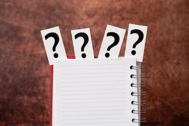 Brainstorming von neuen ideen, lösungen, antworten, hinweise suchen, wichtige details präsentieren