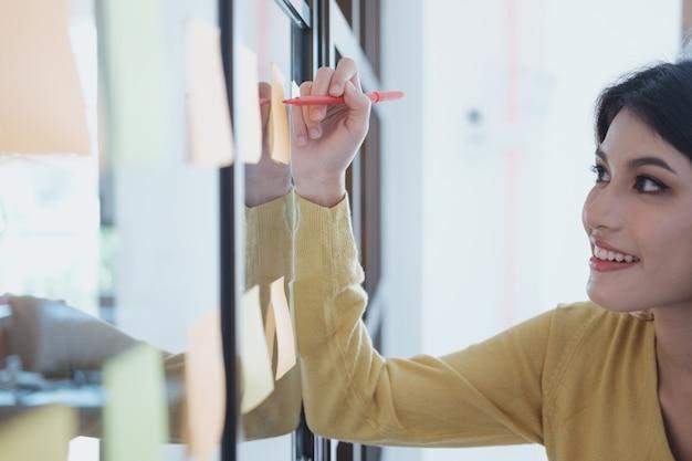 Brainstroming und bildungskonzept der unternehmensanfindungs-teamwork.