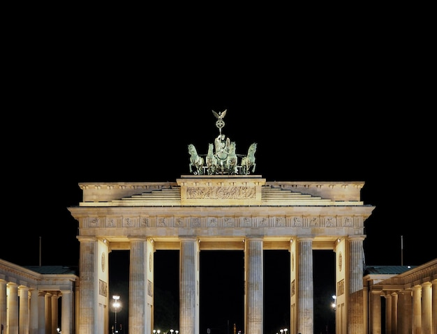 Brandenburger tor (brandenburger tor) bei nacht in berlin