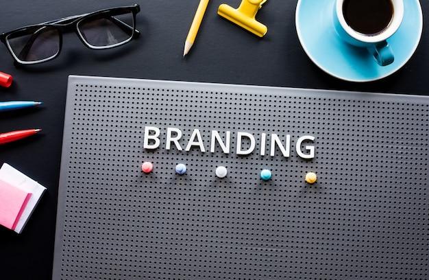 Branding-text auf modernem schreibtisch. geschäftskreativität. marketing und strategie zum erfolg. keine menschen