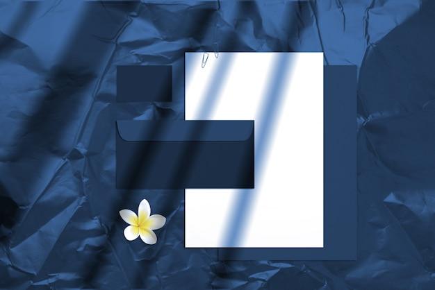 Brandingmodell des sommerfreien raumes mit den visitenkarten, umschlägen und notizblöcken lokalisiert auf hellem hintergrund. farbe des jahres 2020 klassisches blau